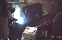 <b>焊接调制器边焊边振现场</b>